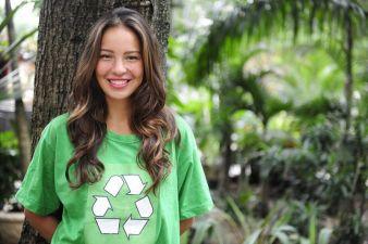 Recycling ist immer nur die drittbeste Lösung. An erster Stelle steht die Vermeidung von Textilabfällen durch überlegten Kauf. Photo: adpic