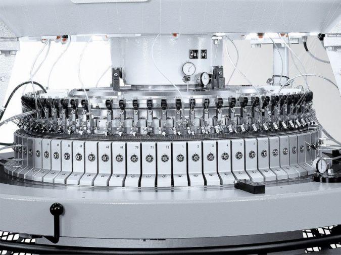 D4-2.2 II, eine High Performance Interlock (HPI) Maschine wurde hinsichtlich Verarbeitung von Fasergarnen und Abstandgestrick noch weiter verbesser...