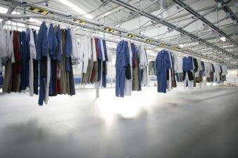 Eine moderne Förder- und Sortiertechnik ordnet eine Waschmaschinenladung nach Kunden und Träger