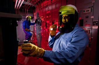Milliken's schwerentlammbare Gewebe für Uniformen, Schutzbekleidung und Arbeitsanzüge für den Einsatz in elektrischen Anlagen und industriellem...