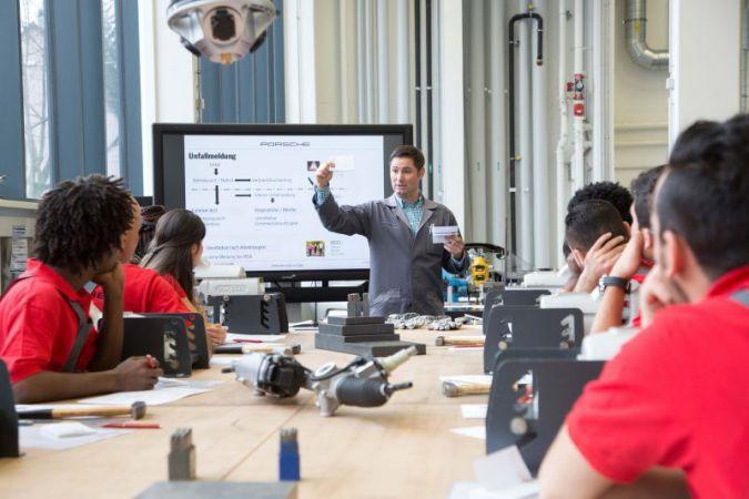 Die Teilnehmer des Porsche Integrationsprogramms bei praktisch angewendetem Sprachunterricht im Ausbildungszentrum des Stuttgarter Sportwagenherste...