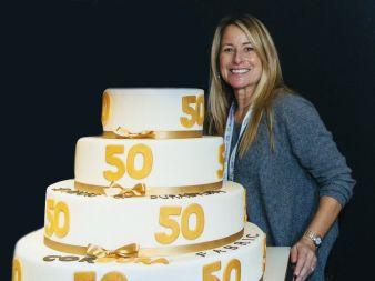 Cindy-McNaull-mit-Kuchen.jpg