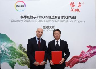 Nick Smith, Global Head of Textile Coatings, Covestro (links) und Xue Taiwen, General Manager & Director of Kunshan Xiefu New Material Co., Ltd.  (...