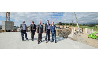 Bei der Baustellenbesichtigung (vlnr): Dipl.-Ing. (FH) Horst Graf, Bereichsleiter Technik, Dr. Ulrich Hornfeck Vorstand, Bürgermeister Hans-Peter...