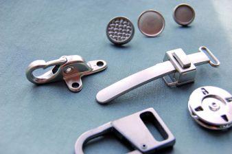Neue helle Metallfarben liefern den Zutaten mit Aktivsport-Appeal ihre elegante Note. Gesehen bei Knopf & Knopf