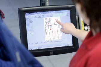 Touchscreens vereinfachen die Arbeiten der Qualitätskontrolle und der nachgeschalteten Näherei zur Reparatur der Kleidung