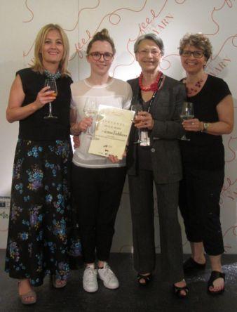 """Das Gewinnerteam (von links): Raffaella Pinori von Garnsponsor """"Pinori Filati"""", Gewinnerin Verena Winkelmann, Organisatorin Ornella Bignami von..."""