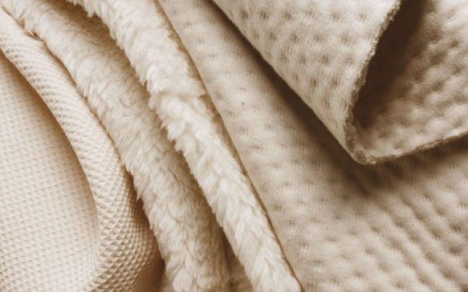 Flauschig, gepolstert und dreidimensional präsentieren sich auch die Bio-Stoffe. Gesehen bei Eco Textiles Photo: Eco Textiles