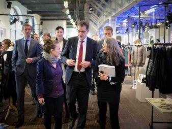 Carina Bischof (v.l. Customer Liaison Ethical Fashion Show Berlin) führt bei einem Presserundgang Minister Gerd Müller (v.m.) über die Ethical F...