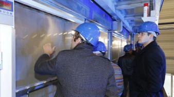 Die Gäste der BB Engineering konnten direkt auf der Spinnanlage die spinndüsengefärbten Fasern aus rPET begutachten