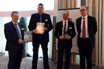 """CompData erhält wiederholt die Auszeichnung """"ATOSS Partner des Jahres"""" (v.l.n.r. Günther Schmaderer, ATOSS, Gerd Achenbach, CompData, Reiner..."""