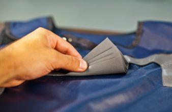 Lagenstapel automatisch zugeschnittener Teile aus mit absorbierender Schicht ausgestatteten Trägermaterials bei Burlington Medical Supplies