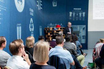 Dr. Dietrich Bock stellt die Weichen auf Zukunft!   Das Bild zeigt ihn am Rednerpult bei der Begrüßung seiner mehr als 40 Gäste, die am Workshop \