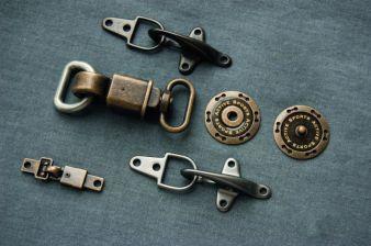 Funktionelle Karabinerhaken interpretiert Knopf und Knopf sportiv-elegant Photo: Knopf und Knopf