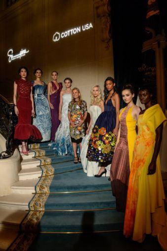 U.S. Botschafterin Jane Hartley, Gastgeberin der Pariser Supima/Cotton USA-Modenschau, umringt von Models in Haute Couture Roben aus feinster USA B...