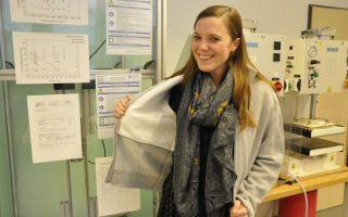 Projektmitarbeiterin Susanne Aumann präsentiert die Stichschutzjacke im Labor des Forschungsinstituts für Textil und Bekleidung Photo: Hochschule...