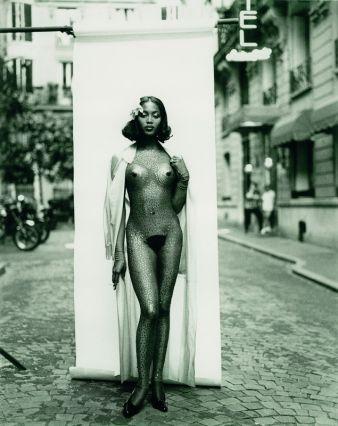 Naomi Campbell vor dem Kabarett Michou, rue des Martyrs, Paris, 1994 Kollektion Les Classiques Gaultier revisités Prêt-à-porter Damen Frühjahr/...