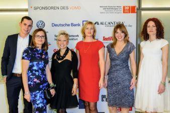 Friederike Plock-Girmann (im roten Kleid) und Suzana Wouda vom VDMD (zweite von links) umringt vom VW-Design-Team Gösta Niessner, Sabine Klinder,...