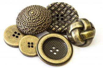 Aufwendige Designs für Knöpfe aus Metall und Naturmaterialien. Gesehen bei Butonia-Kahage Photo: Butonia-Kahage