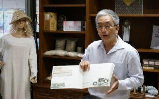 Mr. Bandid Ponsarojanavit, Geschäftsführer von Thai Num Choke erläutert beim Firmenbesuch doie besonderen Eigenschaften der Naturfasern.