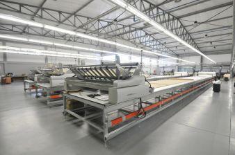 Insgesamt drei Legemaschinen gewährleisten spannungsfreies Legen von Materialien aller Art für DOB und HAKA sowie KIKO von N.S.T. Portugal