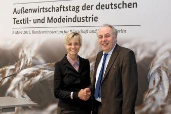 Ingeborg Neumann, Präsidentin des Gesamtverbandes der deutschen Textil- und Modeindustrie und Staatssekretär Matthias Machnig auf dem Außenwirts...