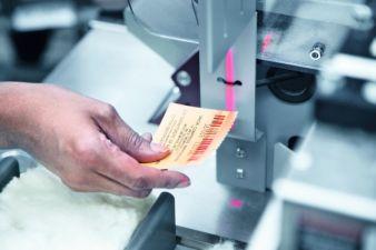 Der Arbeiter liest die Etikette eines Ballens ein. Sie enthält kodierte Informationen über den Ballen, die den vom HVI generierten Werten für di...