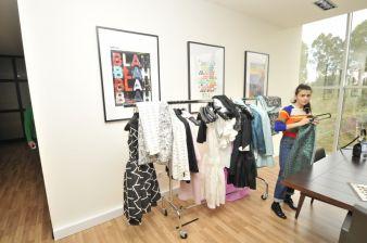 Die russische Designerin Natalia Alaverdian im Hause N.S.T. Paredes bei der Abnahme von Kollektionsteilen