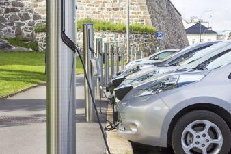 Strombetriebene Autos – eines von vielen Anwendungsbeispielen für Batteriesysteme
