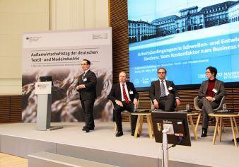 Prof. Dr. Nick Lin-Hi, Universität Mannheim (stehend) erläuterte zu Beginn des CSR-Forums seine These, Corporate Social Responsibility sei ein wi...