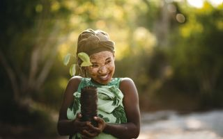 tentree-Baum-pflanzen-Frau.jpg