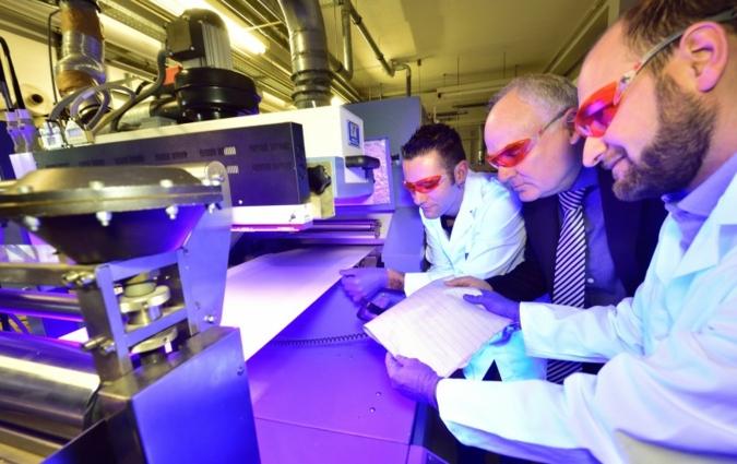 Im Bild lässt sich STFI-Direktor Andreas Berthel (M.) von seinen Mitarbeitern Yves Schwarzmann (l.) und Dr. Ralf Lungwitz Einzelheiten der Technol...