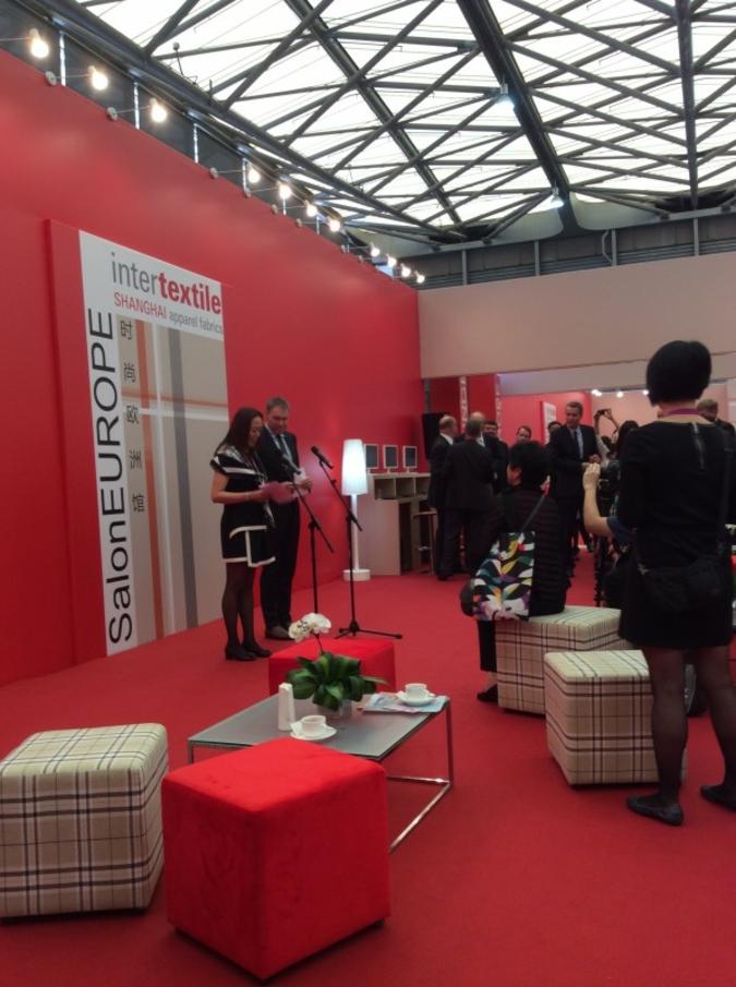 Wendy Wen und Olaf Schmidt begrüßen die internationale Presse im Salon Europe, Intertextile Shanghai