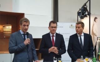 Präsident der Baumwollbörse Ernst Grimmelt (links) sowie Entwicklungsminister Dr. Gerd Müller (Mitte) und Geschäftsführer Messe Frankfurt Detl...