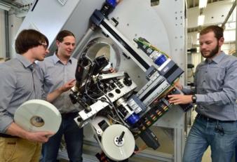 Rainer Wallasch, Ramon Tirschmann (beide IST) und Olaf Rohde (Cetex) (v.l.) bei der Besprechung zu Einzelkomponenten des eigens entwickelten neuart...