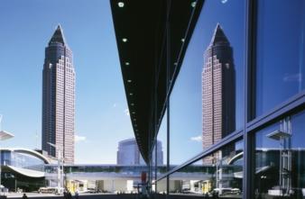 """Imposant zeigt sich der Frankfurter Messeturm als das """"Wahrzeichen"""" der Messe Frankfurt"""