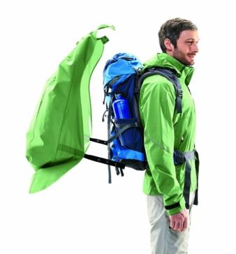 Das Cape ist aus sehr leichtem 2,5-Lagen mtex 20.000 Material gefertigt und wird mit der Jacke an vier Stellen verbunden Photo: Maier Sports