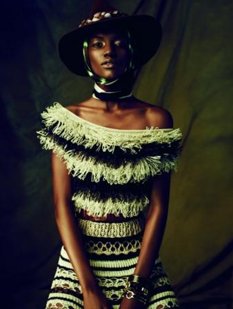 Couleur Café (Herieth Paul), 2013.  Veröffentlicht im Magazin Dress to Kill, 2013 Kleid im Marinelook aus gehäkeltem Raphiabast Kollektion You G...