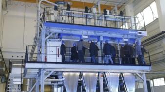 Anlässlich des Open House Events konnten 130 Gäste aus aller Welt die erste Kompaktspinnanlage für die Verarbeitung von rPET-Flakes bei einer Li...