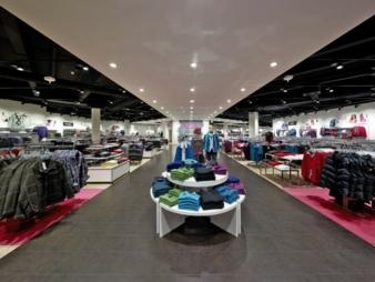 Innenansicht Modemarkt: Adler betreibt rund 170 große Ladengeschäfte in Deutschland, Österreich, der Schweiz und Luxemburg