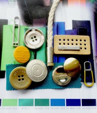 Mit hellen Metallfarben und farbigen Akzenten peppt Knopf Schäfer die Urbanwear auf