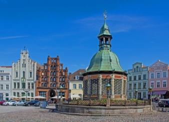 Wismar---Markt-mit-Brunnen.jpg